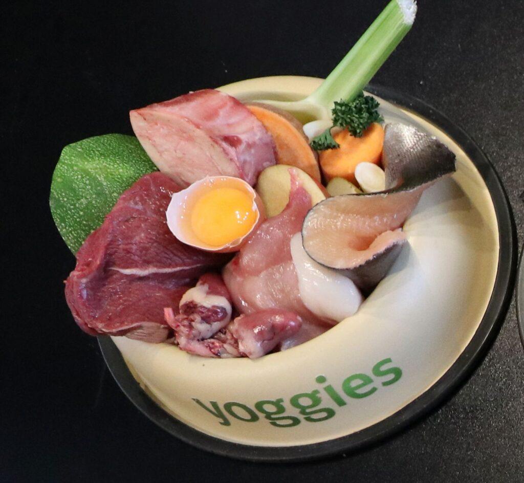 Raw food (BARF voor honden) in een Yoggies bowl